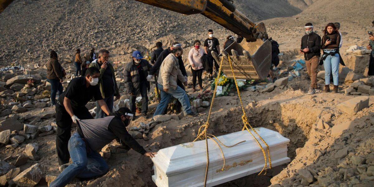 El récord de muertes por la covid-19 en Perú tiene sus razones