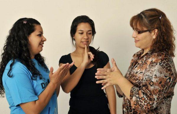 las-personas-sordas-exigen-que-el-lenguaje-sea-considerado-uno-mas-_886_573_1375840
